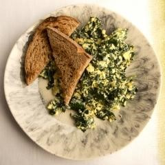 SCRAMBLED EGGS WITH KALE AND CHEDDAR
